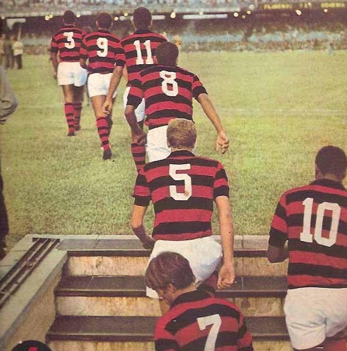 Zanata camisa 5, Fio Maravilha camisa 10 e Doval camisa 7, sobem o túnel do Maracanã. Crédito- Revista Mengo 70.