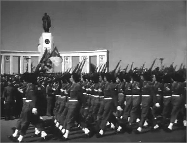 Различные военные подразделения союзнических стран маршируют по улице. Берлин, Германия, 8 мая 1946 года. фото2