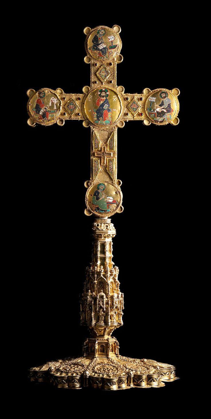 La STAUROTECA del Duomo di Cosenza, in Calabria (Italia) è un prezioso reliquiario cruciforme in oro e smalti cloisonnés prodotto nelle officine della corte normanna di Palermo sul finire del XII secolo