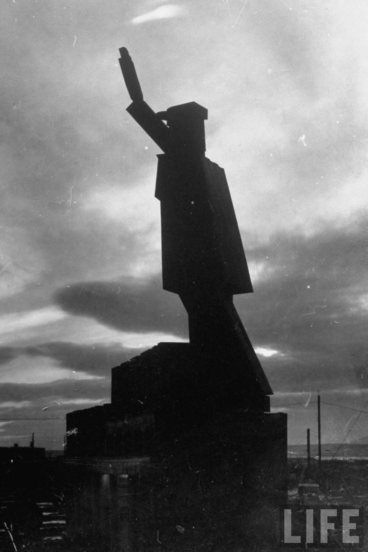 Silhouette at twilight of gigantic sculptured rendition of a Russian robot with it's hand raised in a salute, Magnitogorsk, 1931 by Margaret Bourke-White || Гигантские человекоподобные роботы несут вахту на границах России :)))