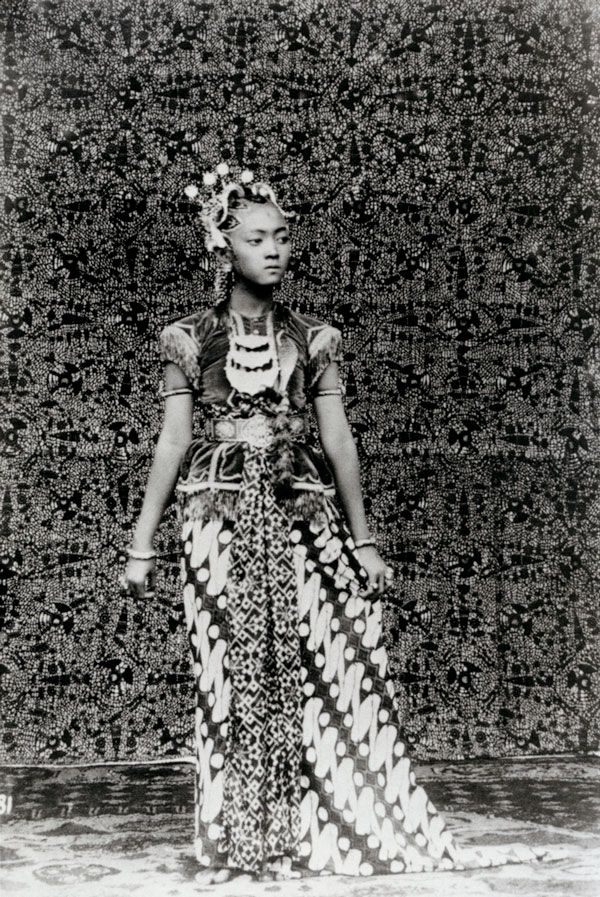 * Puteri Bibi Radjah, favorite dance of the Sultan of Yogyakarta, 1922 - Tassilo Adam(1878-1955) photographe allemand.
