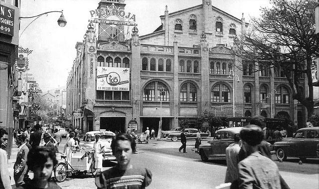 Medellin. Teatro Junin. Esquina de Junin con la Playa.