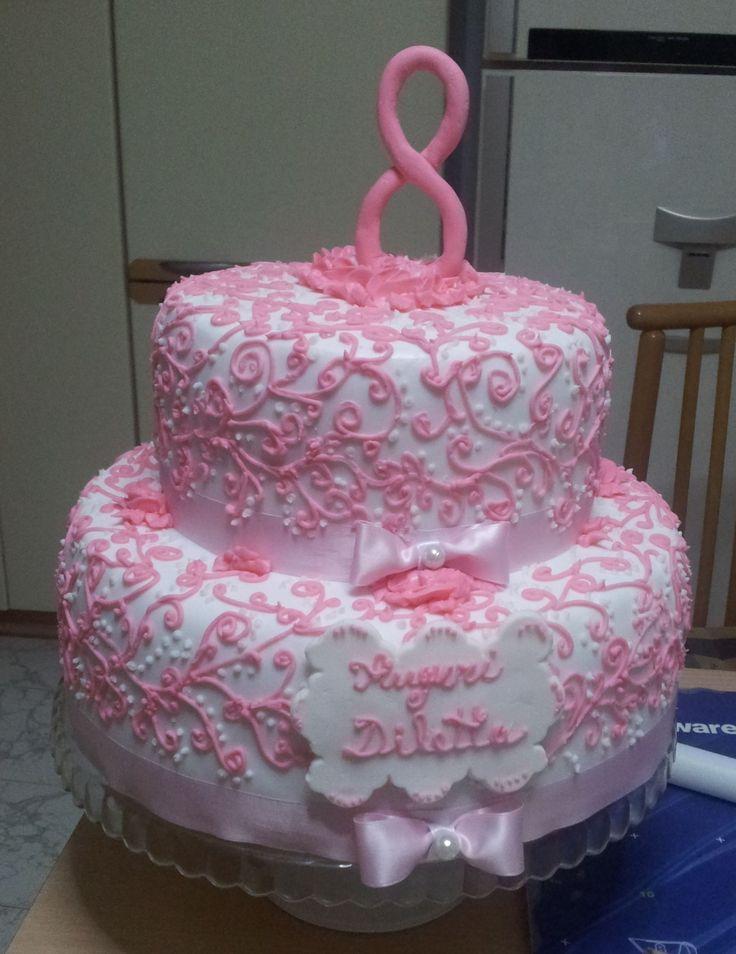 Torta non fatta da me, decorata con ghirigori in ghiaccia reale rosa e targhetta in pasta di zucchero con scritta in ghiaccia reale