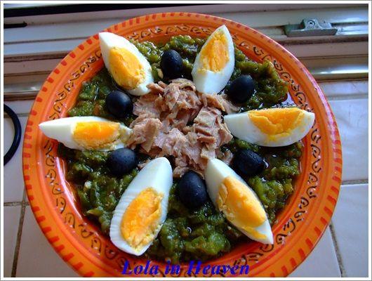 Tunezyjska salata meshwia, czyli sałatka przepełniona zapachem grilla i słońca