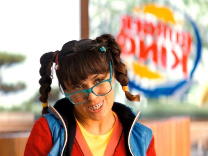 La actriz mexicana Salma Hayek protagoniza nuevamente un comercial para una cadena de hamburguesas, interpretando a distintos personajes como una madre con bebé a cargo, una chica nerd y una mujer bastante sexy, quizá lo que más se ajuste a lo que ella es en realidad.
