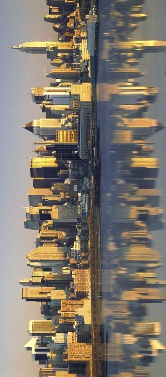 I liked the reflection in this panorama. The subject of the skyline of New York is amazing, adding the reflection this is this clear adds this symmetrical element to the photo both vertically and horizontally.