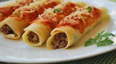 Massa:  - 1 ovo  - 2 xícaras de leite  - 1 tablete de caldo de carne  - 2 xícaras bem cheias de farinha de trigo  - 2 colheres de sopa de azeite  - 2 colheres de sopa de queijo ralado  - Recheio:  - 1/2 kg de carne moída temperada com vinagre  - 2 colheres de sopa de azeite  - 2 dentes de alho  - 2 caldos de carne  - 2 tomates sem pele picados  - 1 pimenta vermelha inteira  - Orégano salsinha a gosto  - Finalização  - Molho de tomate  - Queijo ralado