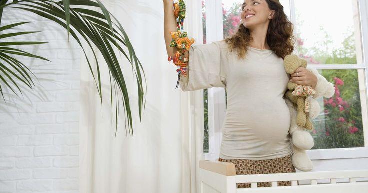 Como saber se você está grávida após uma transferência de embriões. Os dias de espera para saber se você está grávida após a fertilização in vitro (FIV) podem parecer muito longos. Um teste de gravidez deverá ser capaz de determinar com precisão caso os embriões transferidos tenham sido implantados dentro de um período de dez a 14 dias do procedimento. Testar previamente pode proporcionar falsos resultados ...