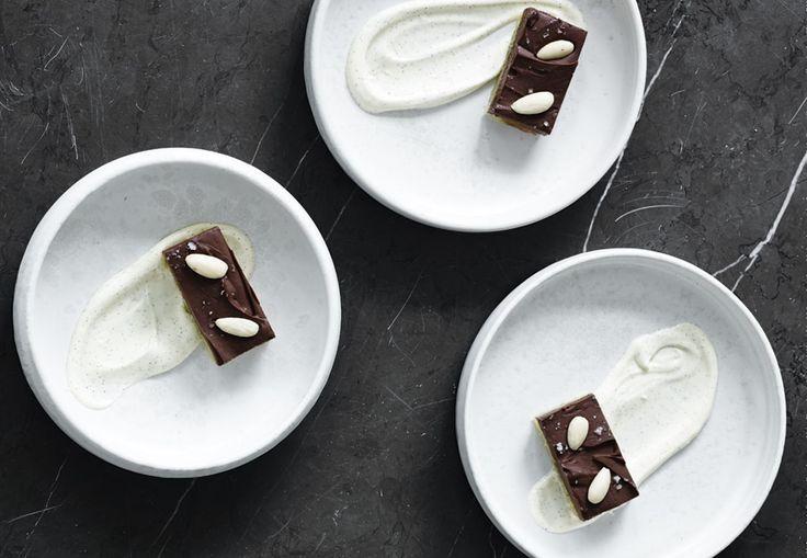 En marcipanbund dækkes med en rig chokoladeganache – velkommen til et chokochok, som du vil søge tilbage til igen og igen.