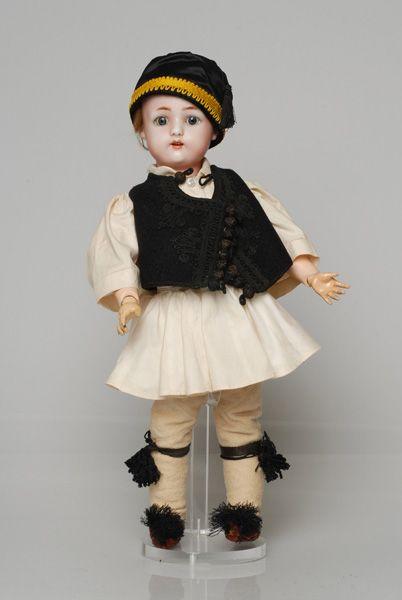 Πορσελάνινη κούκλα από τη συλλογή της βασίλισσας Όλγας ντυμένη με ανδρικό τύπο φορεσιάς φουστανελά από την Αττική