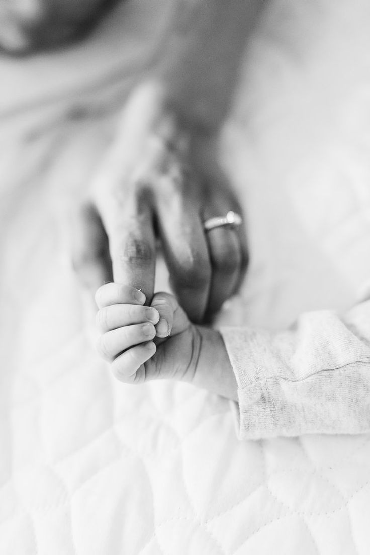 At home newborn session. NYC family photographer. Family outfit ideas for photos. motherhood. Mommy and me, newborn photography. Organic photography. Fine art photographer. Stephanie sunderland photography. Film newborn photography.