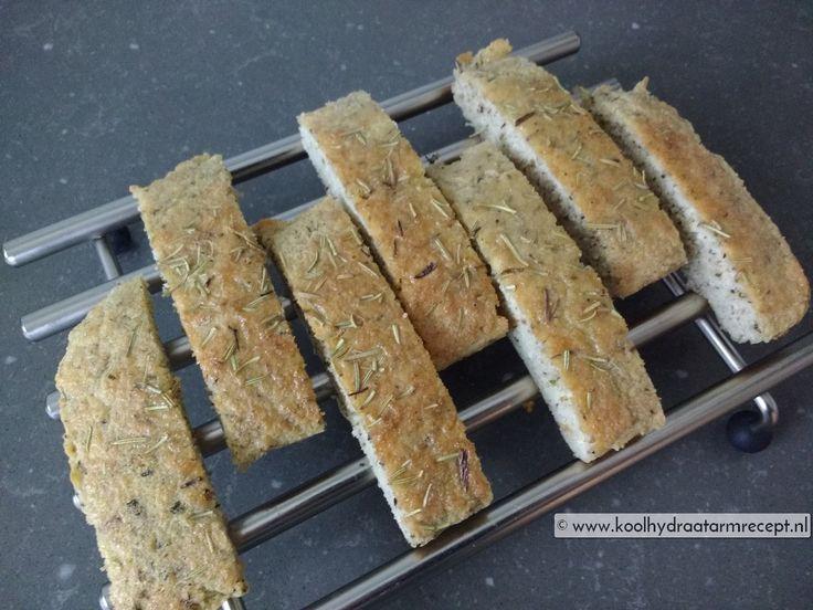 Een koolhydraatarm focaccia brood staat binnen een half uurtje op je borreltafel of barbecue, lekker smullen met smeersels en dippers.