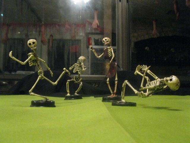Halloween Trophies: Putting Movement into Skeletons and Mini Zombies #decoration #corpse
