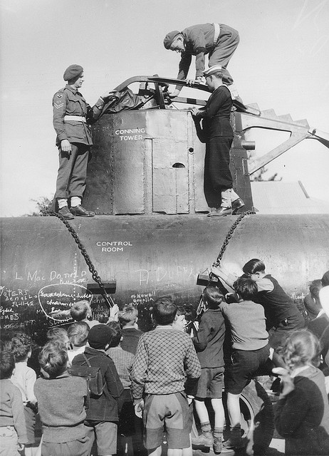 Children inspecting a Japanese midget submarine (Australia,1942)