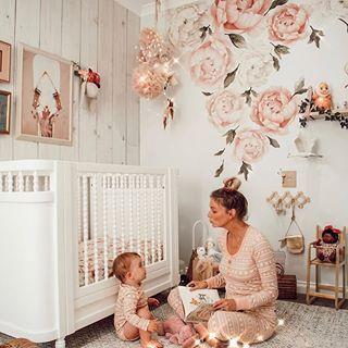 erröten Sie Rosa und Pfirsich mit Goldkindergarten. Floral Wandtattoos und Holzwand #nurseryideas #nurserydecor #babynursery #nursery