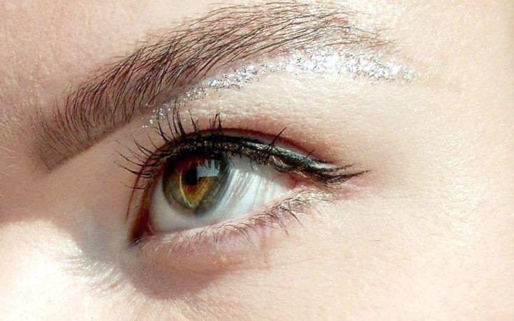 Ach ja, als we glitter wenkbrauwen hebben, is glitter onder je wenkbrauwen zo gek niet meer toch? Het is een iets subtielere trend dan de glitter wenkbrauwen, iets voor oud&nieuw?