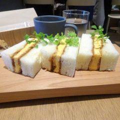 渋谷にあるとってもオシャレなサンドイッチ屋さんグレインブレッド アンド ブリューに友達と行ったよ このお店の代表的なメニューはオムレツカツトースト伝統的ローストビーフのチャバッタサンドモンスターベーコンチャバッタサンド どれも個性的でここでしか食べられないものばかり パンの表面はカリッと中はふわっとした絶妙の焼き加減() インスタ映えするような見た目もおしゃれ() tags[東京都]