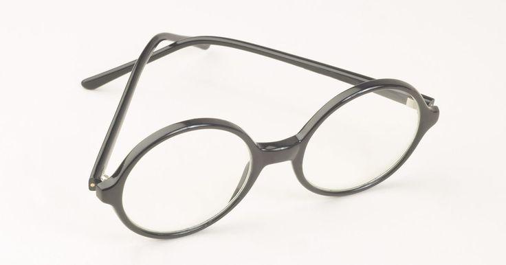 Como repintar uma armação de óculos lascada. Já que os óculos são usados diariamente, eles sofrem bastante desgaste. A maioria das pessoas tendem a aumentar a vida útil dos óculos o máximo possível devido ao custo de um novo par. Frequentemente, a tinta na armação começa a sair, enquanto o funcionamento das lentes continua normal. Ao invés de sofrer com óculos de aparência gasta, tente ...