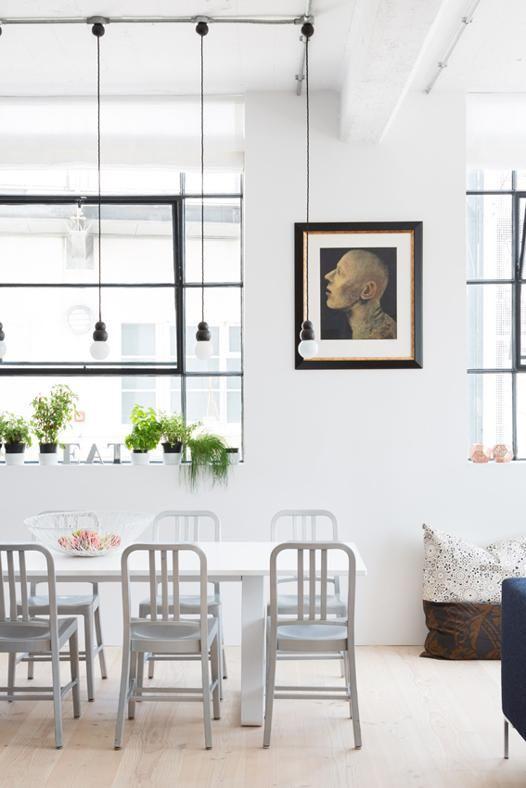 FINITURE INDUSTRIALI I dettagli architettonici mantengono un aspetto industriale, come, ad esempio, i soffitti in cemento, le finestre basculati con telaio nero e gli impianti a vista. Le linee pulite sono bilanciate dal pavimento chiaro in parquet di abete.
