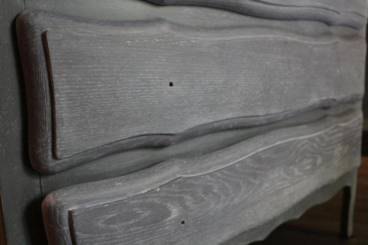 Comment céruser un meuble Commode plaquée chêne cérusée à la cire La céruse met en valeur le veinage du bois, avec un effet vieilli et blanchi. Elle anoblit, rénove et égaye vos planchers, meubles ou objets décoratifs. La technique consiste en fait à...