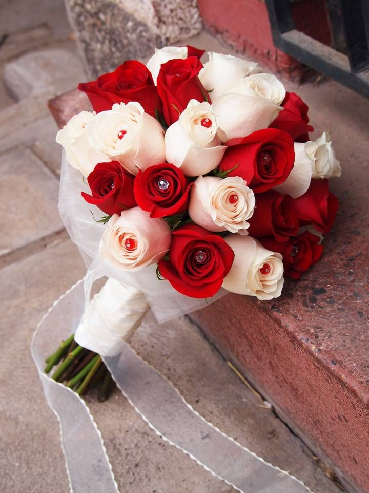 hermoso ramo de rosas rojas y blancas con cristales