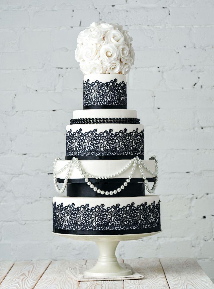 Очень стильный свадебный чёрно-белый торт с жемчужными бусами и сахарным кружевом , с шапочкой из нежных белых роз.