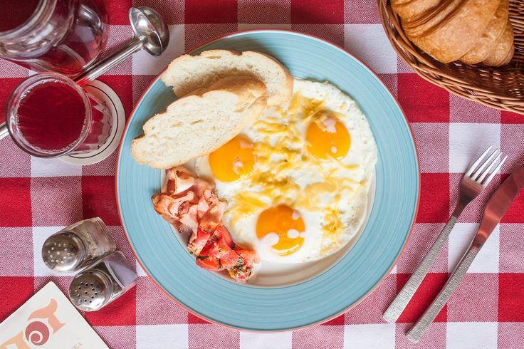 Яичница-глазунья или болтунья с беконом, помидорами и сыром