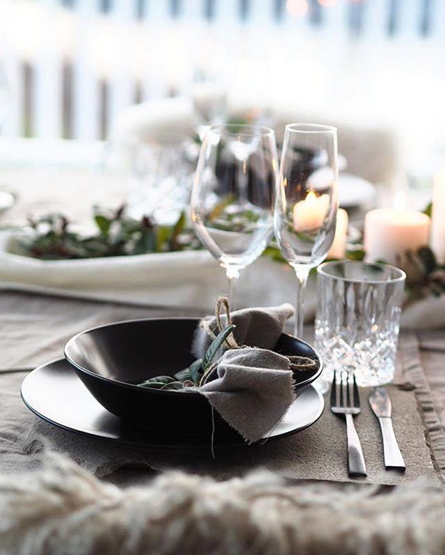 Med så mye deilig mat, er det ekstra hyggelig med fin borddekking #Repost @byrust_ ・・・#interiørmagasinet #interiørmagasinet_jul