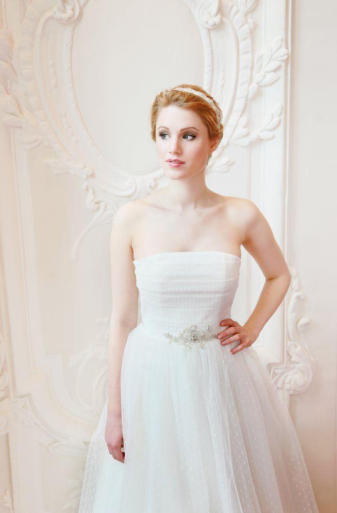 mona berg Kollektion 2015 - Sissi; Brautkleid aus Tüll im Prinzessinnenstil. Eine Applikation schmückt die Taille und der Blick wird aufs Schlüsselbein gelenkt. Foto: Svea Ingwersen