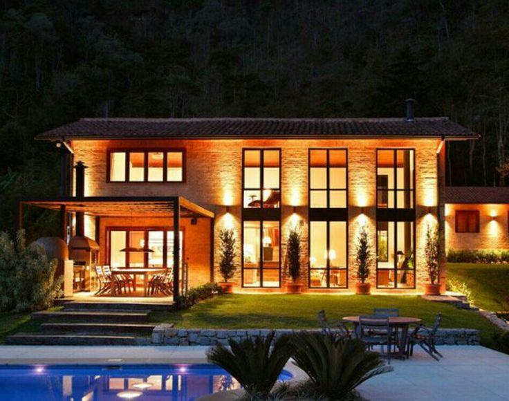 Impressionnante maison contemporaine pierre et bois et son toit en
