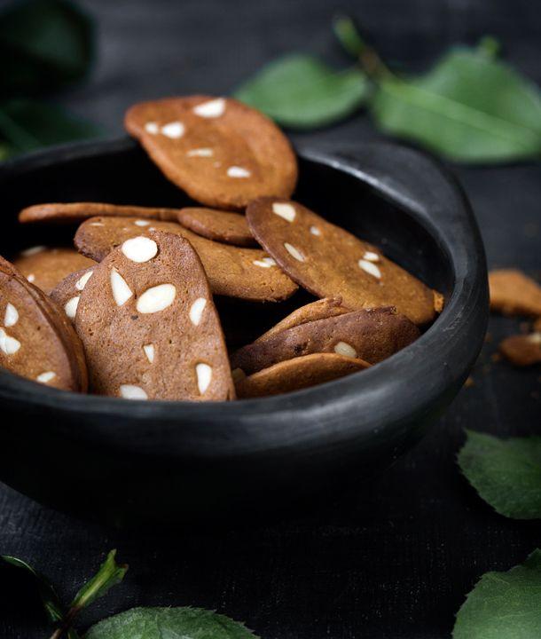 Lav julens bedste brunkager, der både er sprøde, tynde og med et pift af muskatblomme og citron.