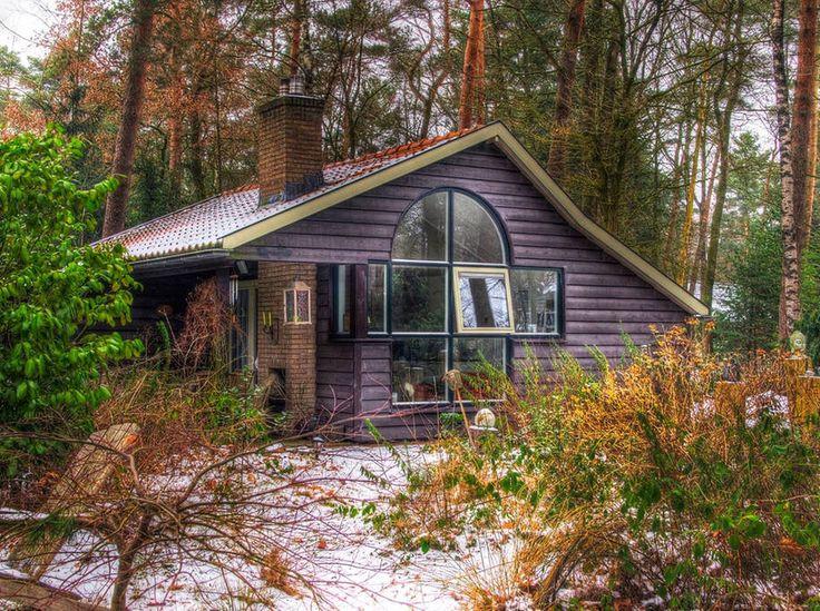 Gehele woning/appartement in Lochem, NL. Ons romantische huisje is gelegen op een prachtig bosperceel met veel privacy, in een van de mooiste delen van Nederland; de Achterhoek. In de omgeving kunt u prachtig fietsen, wandelen, culinair genieten en mooie kastelen, landgoeden en steden be...