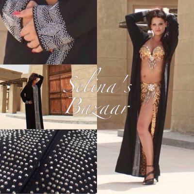 ABAYOR / COVER UP'S MAGDANSÖSER OCH ORIENTALISKA DANSARE En abaya är en cover-up och en nödvändighet för varje magdansös. Denna kulturella arabiska klänning får dig att bevara mystiken genom att täcka din magdansdräkt tills det är dags att inta scenen. Utmärkt för dig som vill byta om hemma innan du beger dig till eventet där du ska uppträda. Kom till eventet som en magdansös och lämna eventet som en magdansös.