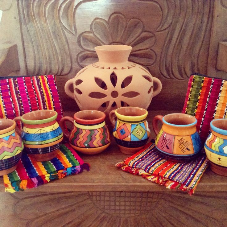 Tasas con trajes típicos de Guatemala
