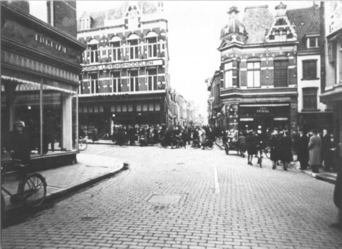 1930 Vanuit de Ziekerstraat met links de Molenstraat en rechts de Korte Molenstraat,  rechtdoor is de Zeigelbaan.