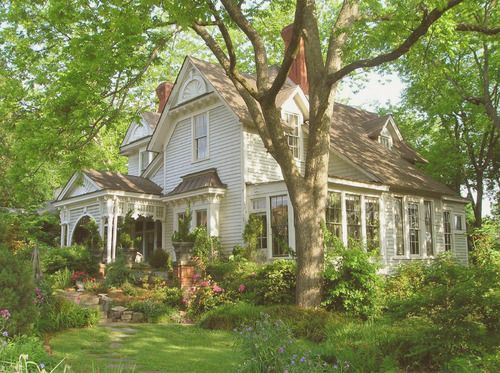 I love this garden! and the House is beautiful too!