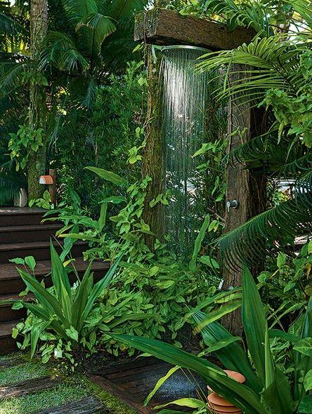 Esta casa na praia tem piscina, mas é no chuveirão que os proprietários se refrescam depois de mergulhos no mar. Ele fica instalado em uma estrutura de madeira de demolição, entre singônios, helicônias e palmeiras. Projeto do paisagista Gil Fialho