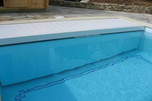 Volet de piscine immergé : Ouverture/fermeture en un tour de clé Incrustation dans la piscine S'adapte à toutes les piscines Protège de la pollution et freine l'évaporation Préserve la température de l'eau S'adapte aux piscines déjà construites