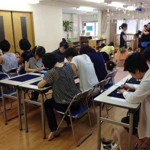 [Moms are concentrate so hard on writing!] Thank you very much for coming to Bimoji seminar. We've finished Shochu-mimai in a bustling atmosphere with lots of kids! Fushimi Akebono nursery school | Kyoto-shi Cool kids station event