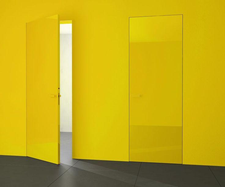 interierove dvere HANAK na mieru, zlty lak podla RAL vzorkovnika, v rovnakej farbe aj klucka dveri a obklad steny