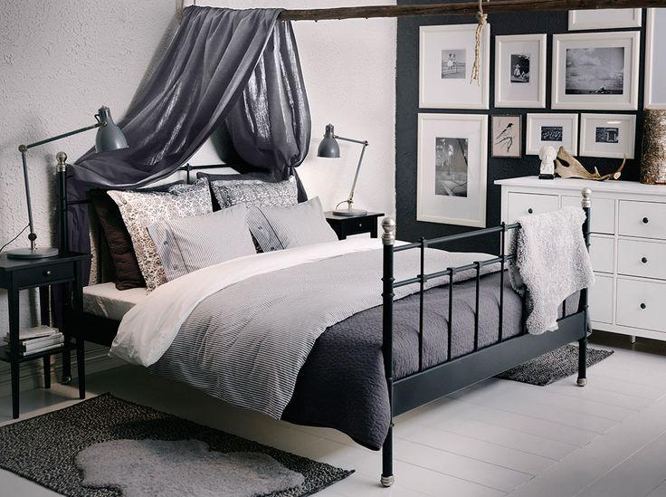 SVELVIK svart säng med HEMNES avlastningsbord och ALINA mörkgrått överkast med kuddfodral