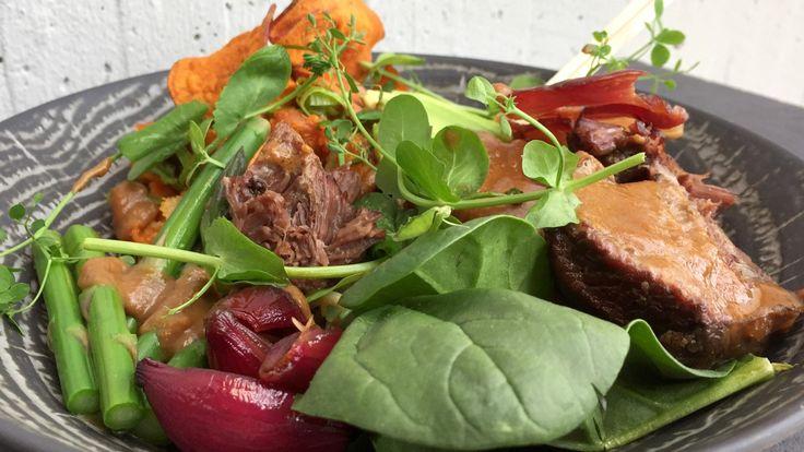 Buddha bowl er en fargerik bolle med korn, grønnsaker, protein, salat og frø som toppes med en herlig dressing. Det er mange måter å sette sammen en buddha bowl, denne gangen får du oppskriften fra Lars Erik Vesterdal. Ifølge det amerikanske nettstedet Huffington Post er 2017 året for buddha bowl.