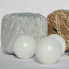 Occorrente: Palline da tennis da tavolo (ping pong)  Gomitoli in lurex oro e argento Uncinetto n° 2 Forbicine