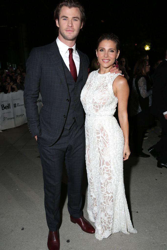 """Chris Hemsworth y Elsa Pataky,Lección 1. """"Posar en un Photocall"""": Nunca!! Nunca!! cojas a tu pareja del hombro para posar en una foto. La sensación es que parezca aún más bajita a tu lado. Sobre todo si ya de por sí, le sacas una cabeza. Siempre de la cintura o la mano. Pero bueno, si tu marido es este maromo, que te coja de dónde quiera, lo importante es que no te suelte!!"""