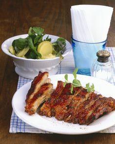 Costine di maiale al forno, realizzate secondo una ricca ricetta americana in cui la carne viene insaporita con spezie e servita con salsa barbecue.