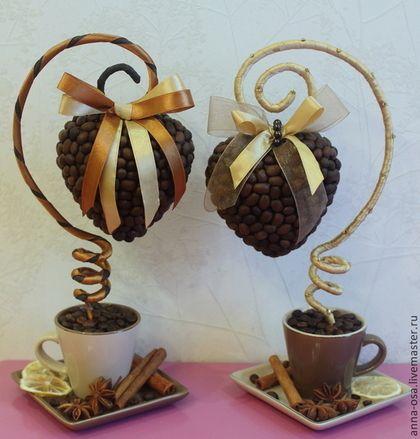Купить или заказать Топиарий 'Кофейное сердце' в интернет-магазине на Ярмарке Мастеров. Ароматный сувенир ручной работы , для любителей кофе . Выполнен из натуральных кофейных зерен . Будет прекрасным подарком на день влюбленных , послужит украшением интерьера и подарит бодрящий аромат кофе . Цена за 1 шт.