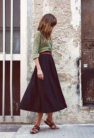 カーキ色のシャツとスカートの着こなしコーデ