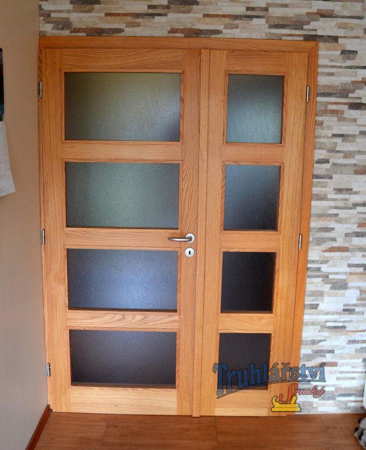 Dveře dvoukřídlé, kazetové, prosklené, v obložkové zárubni, americký dub, nástřik transparetní lak.