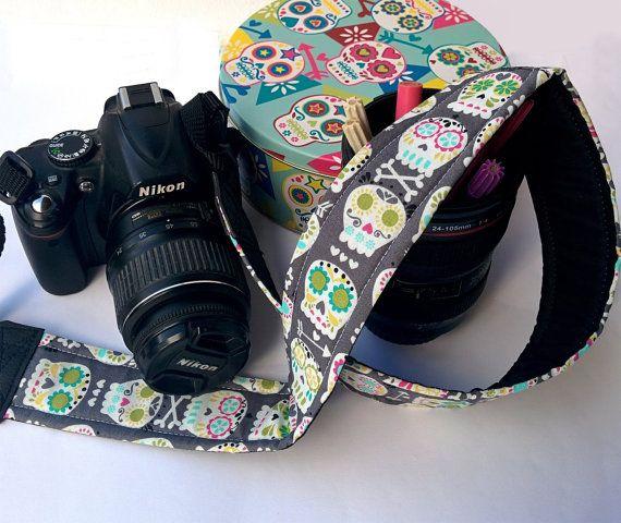 Tracolla per fotocamera SLR, DSLR, imbottita, in cotone grigio fantasia teschi messicani colorati Michael Miller.