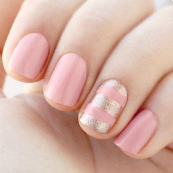 Uñas color rosa con diseño en dorado metalico